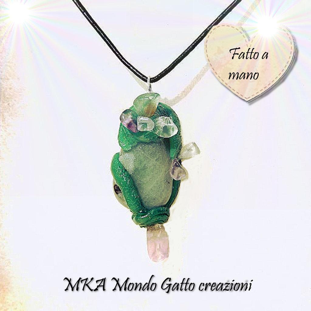 Ciondolo con pietra burattata verde arricchito da decori in fimo e altre pietre dure - Ghiaccio Verde