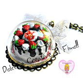 Collana Torta in cupola - vassoio con torta ricoperta di fragole, cioccolato e panna con fiocco
