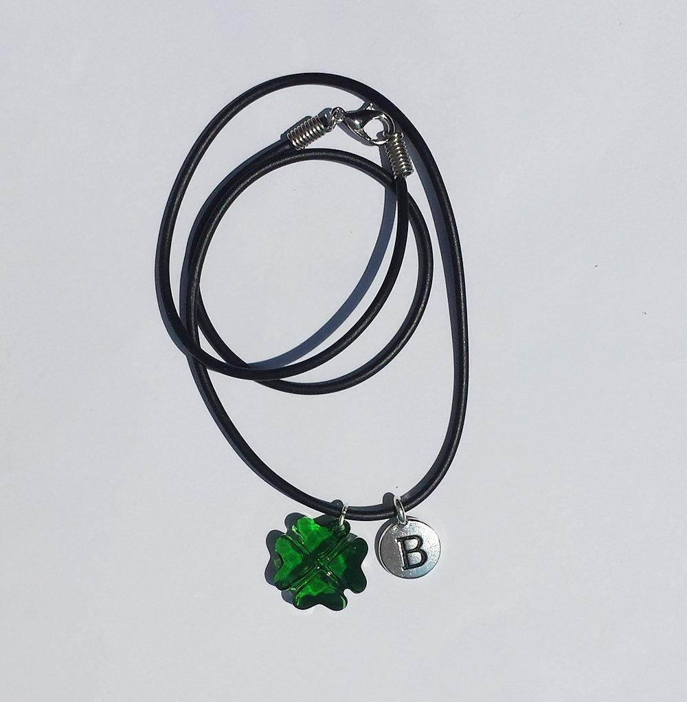 Collana con pendente Swarovski quadrifoglio portafortuna, lettera iniziale del nome (B) e cordoncino caucciù