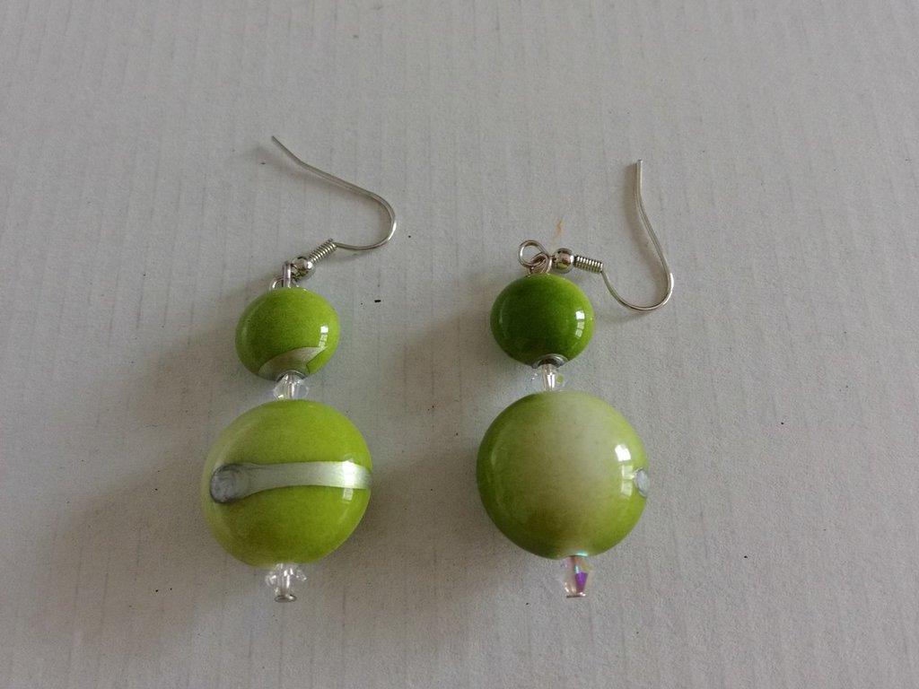 orecchini pendenti con perline e cristalli