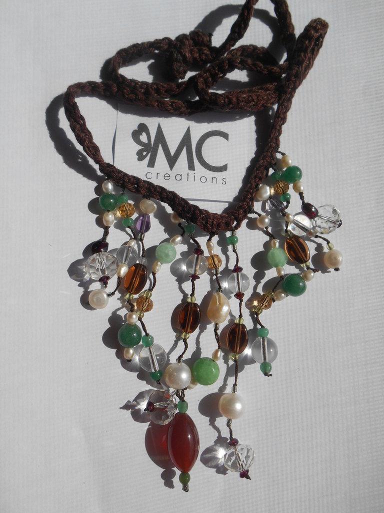 Collana realizzata a mano con cotone e pietre