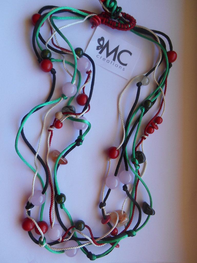 Collana lunga realizzata a mano con codina di topo e pietre