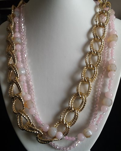 Collana multilayer con catena dorata e fili di cristalli rosa