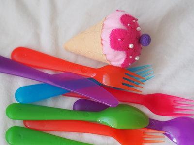 Cono gelato bicolore,con crema.FELTRO.(fuchsia/rosa/beige)Perle,perline,impunture a mano in contrasto.Imbottito con perla di feltro.Magnete,spilla,bomboniera,segnaposto.ESTATE!