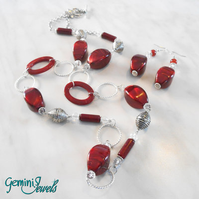 Collana lunga con perle rosse in resina vintage