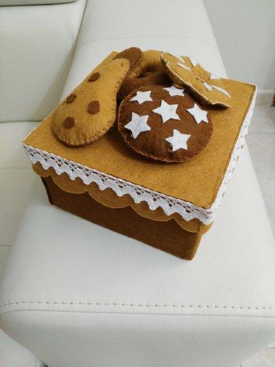 scatola con biscotti