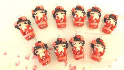 CIONDOLO DELUXE BOMBONIERA - KOKESHI  ROSSO  PORTAFORTUNA doll giapponesina sushi - FIMO laurea compleanno