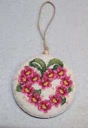 Addobbo con cuore di fiori ricamato a punto croce