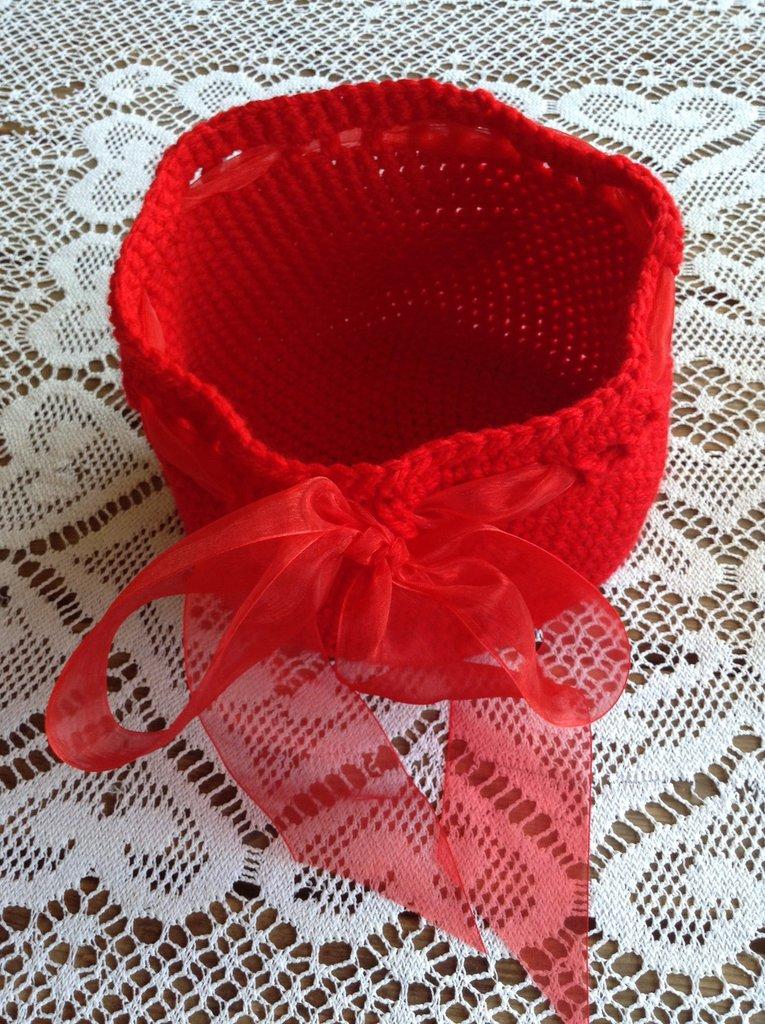Cesto rotondo di colore rosso in lana