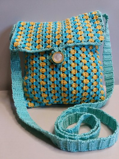 Piccola borsetta a tracolla estiva all'uncinetto