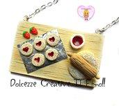 Collana Vassoio in legno con preparazione biscotti a cuore con marmellata di fragole