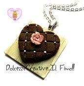 Collana Vassoio con torta al cioccolato a forma di cuore con rosa di zucchero - handmade