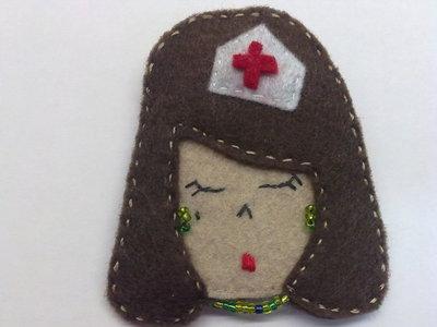 broche enfermera morena