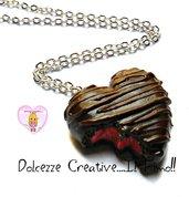 Collana Cioccolatino in miniatura a forma di cuore con ripieno crema di fragole - miniature