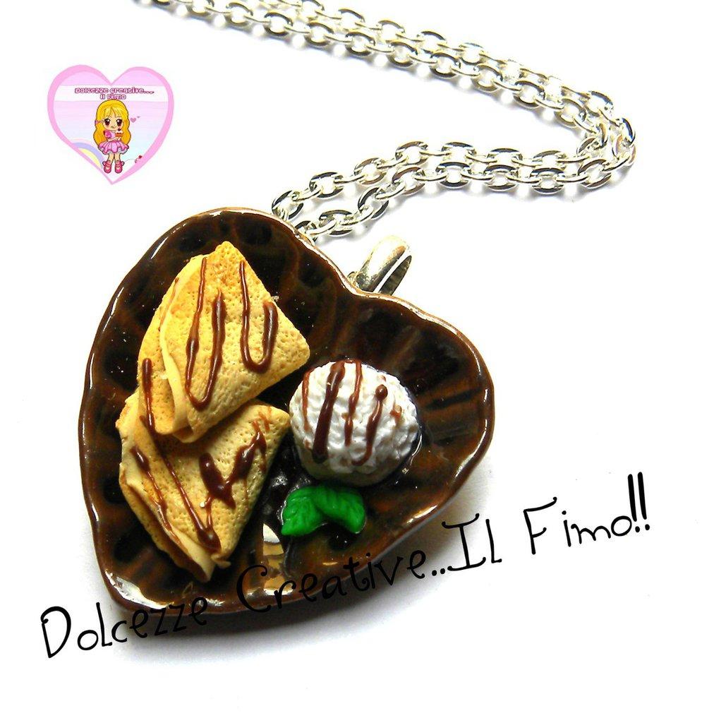 Collana piatto con crepes al cioccolato e gelato alla vaniglia con foglie di menta