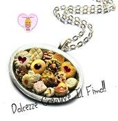 Collana Vassoio biscotti al cioccolato, a forma di cuore con marmellata, con glasse e nocciole
