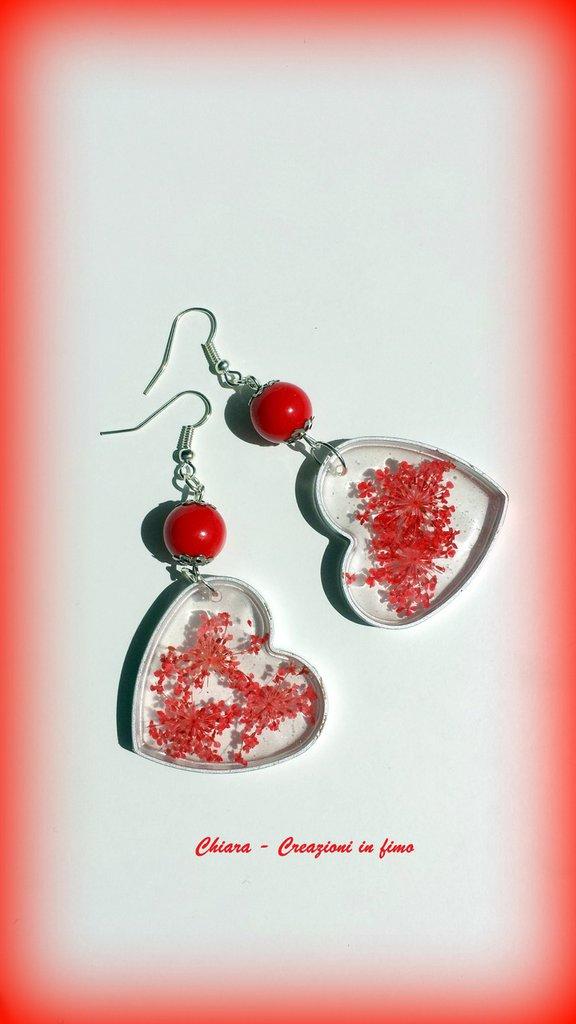 Orecchini in resina handmade a cuore con fiori secchi e perlina abbinata primavera idee regalo donna