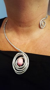 Collana girocollo in alluminio con perla in ceramica greca