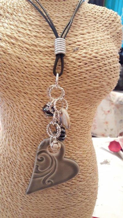 Collana lunga con doppio cordino in cuoio, cuore e perle in ceramica greca