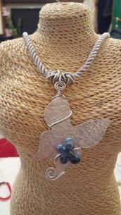 Collana girocollo (lunghezza circa 50 cm) con cordino in tessuto e farfalla in alluminio battuto e perla in ceramica greca