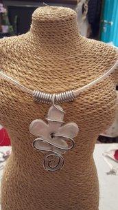 Collana girocollo (lunghezza circa 50 cm) con cordino in caucciù, rifiniture in alluminio battuto e perle in ceramica greca