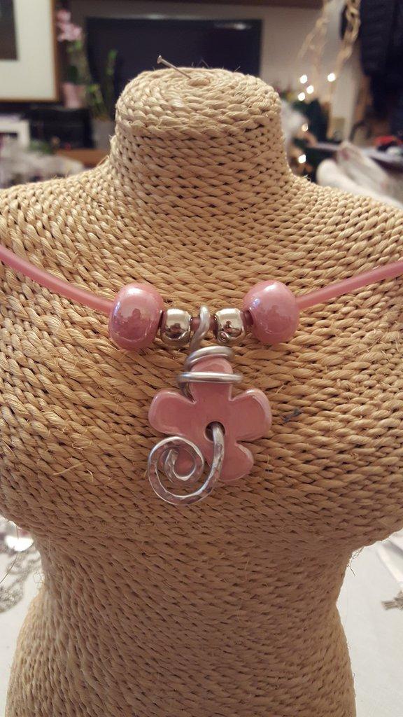 Collana girocollo (lunghezza circa 50/55 cm) con cordino in caucciù e perle in ceramica greca