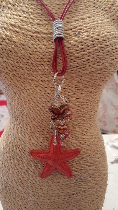 Collana lunga con cordino in cuoio, stella marina e perle in ceramica greca