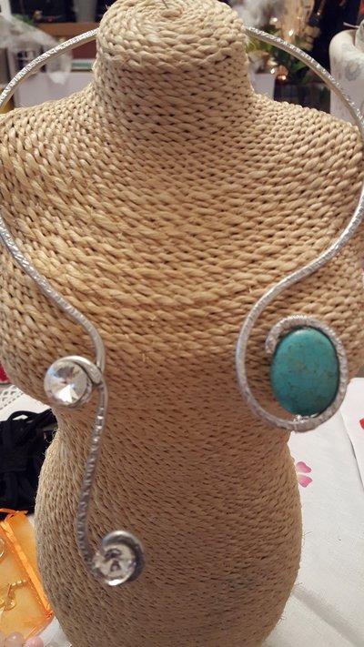 Collana girocollo rigido in alluminio battuto, perla in pasta di turchese e cristalli