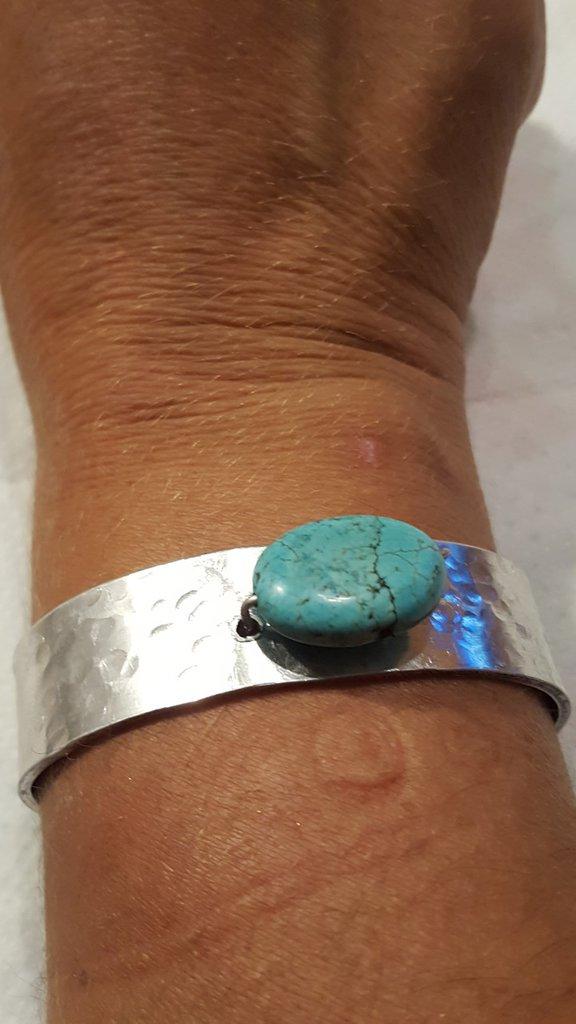 Bracciale regolabile in alluminio battuto con perla in pasta di turchese