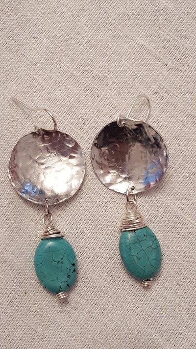 Orecchini in alluminio battuto con perla in pasta di turchese