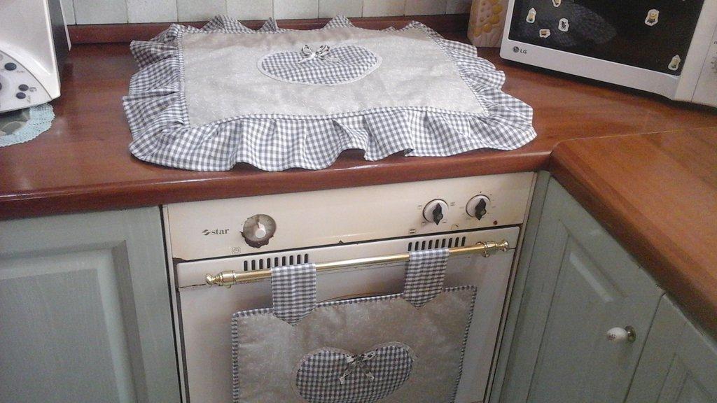 Set cucina, copri forno e copri fornelli con cuori in grigio