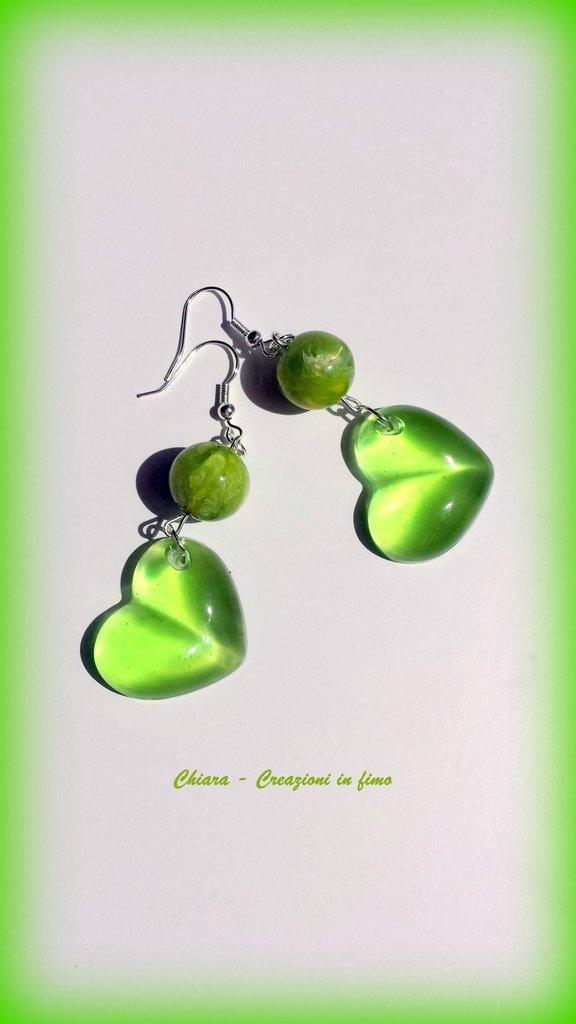 Orecchini in resina handmade cuori verde greenery trasparente con perlina abbinata idee regalo donna