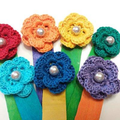 Segnalibro con fiorellini all'uncinetto con perlina su bastoncino di legno colorato