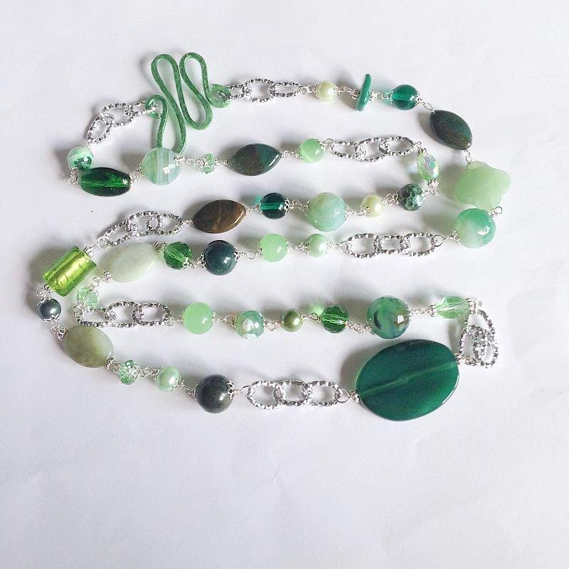 Collana lunga verde con pietre dure