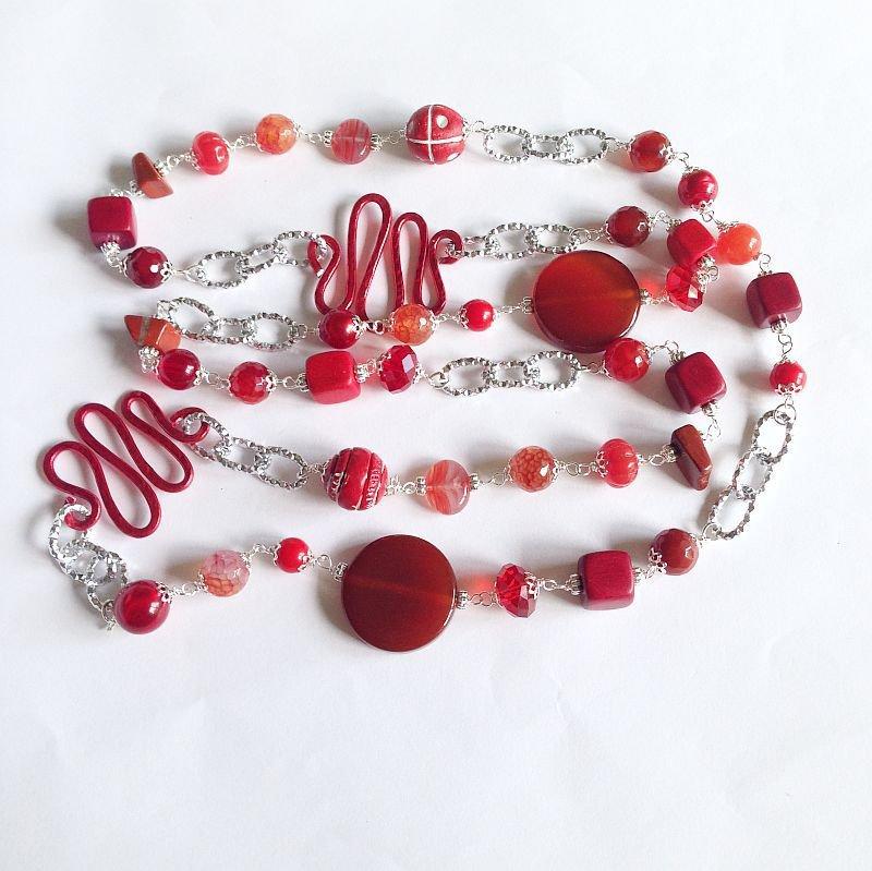 Collana lunga rossa con pietre dure