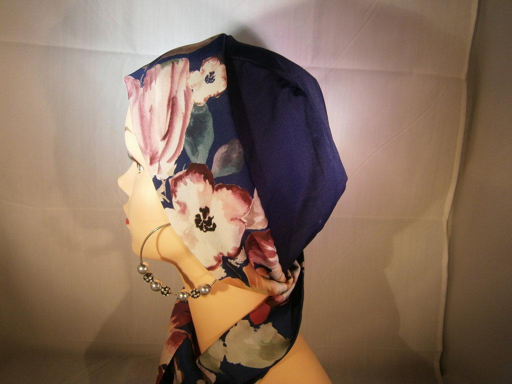 003e Calotta blu con fascia a fiori sfondo blu