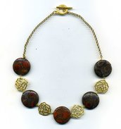 GIROCOLLO con pastiglie in agata fossile marrone e rose in metallo dore' opaco