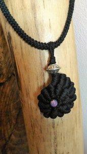 Ciondolo tessile conchiglione nero in contone realizzato ad uncinetto con punto molto decorativo ed impreziosito da perlina viola di vetro e boule metallo lavorato