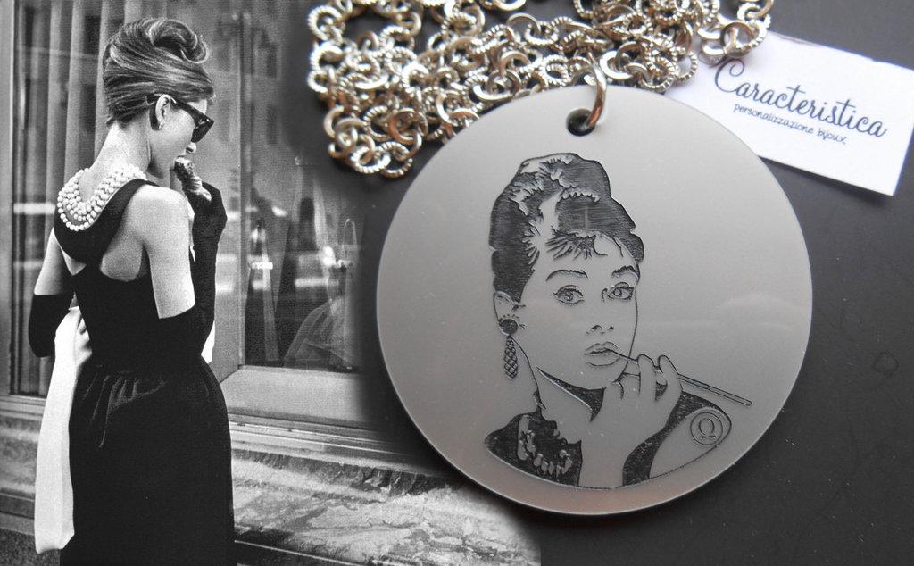 Collana Audrey Hepburn in plexiglass incisione a laser