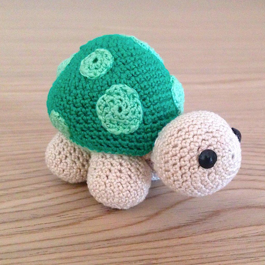 Tartaruga amigurumi verde e beige fatta a mano all'uncinetto