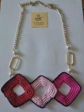 Collana con tre rombi ad uncinetto rosa, fucsia e rosso
