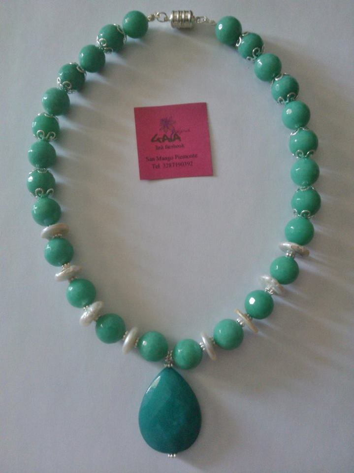 Collana in agata verde acqua e perle, con ciondolo a goccia
