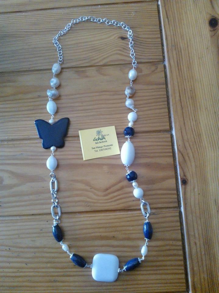 Collana con catena e pietre in agata bianca e blu, con inserti di perle