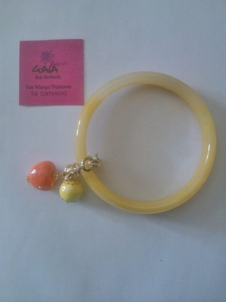Bracciale in vetro giallo con ciondoli in ceramica giallo e arancione