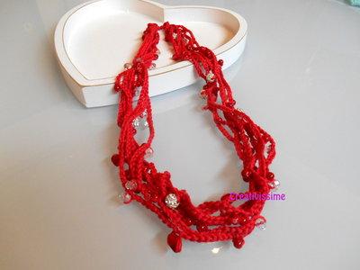 Collana all'uncinetto con fili e perline color rosso