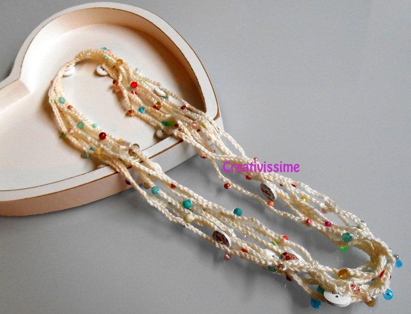 Collana all'uncinetto con fili e perline color bianco panna con perline multicolor