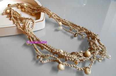 Collana all'uncinetto con fili e perline color beige