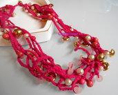 Collana all'uncinetto con fili e perline color fucsia e oro