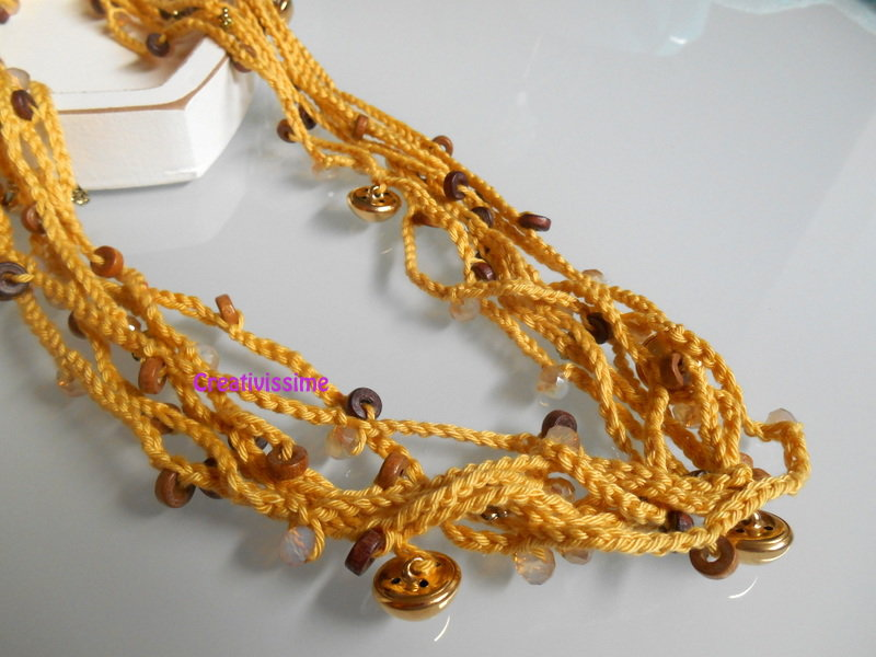 Collana all'uncinetto con fili e perline color giallo ocra