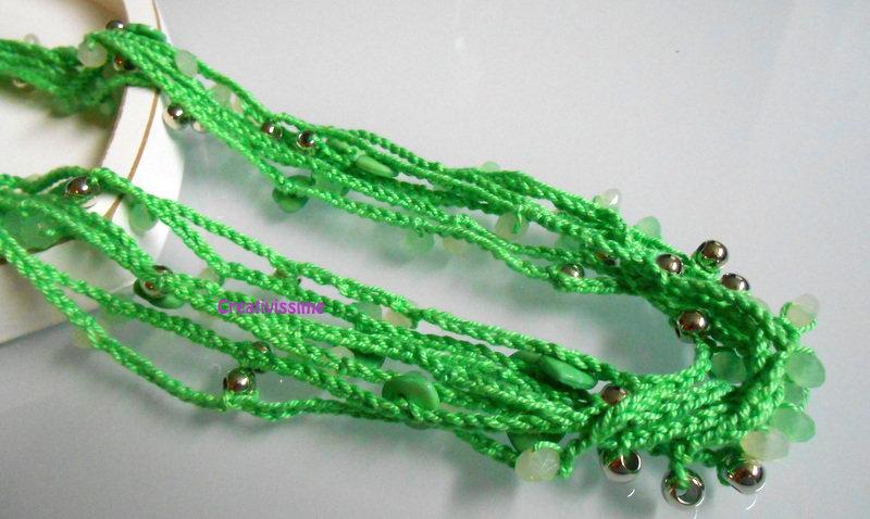 Collana all'uncinetto con fili e perline color verde